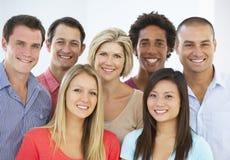 Grupp av lyckligt och positivt affärsfolk i tillfällig klänning royaltyfri fotografi