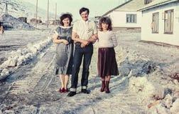Grupp av lyckligt sovjetiskt folk på en gata Royaltyfri Bild