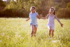 Grupp av lyckligt spela för barn royaltyfria foton