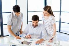 Grupp av lyckligt ungt affärsfolk i ett möte arkivbilder
