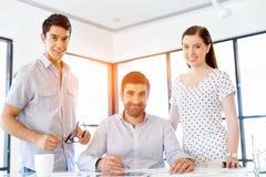 Grupp av lyckligt ungt affärsfolk i ett möte arkivfoton
