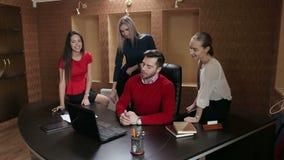 Grupp av lyckligt ungt affärsfolk i ett möte på kontoret arkivfilmer