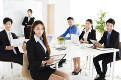 Grupp av lyckligt ungt affärsfolk i möte arkivfoton