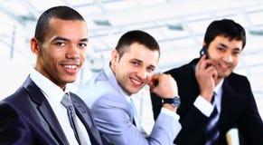 Grupp av lyckligt ungt affärsfolk Arkivbilder