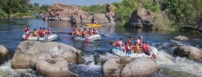 Grupp av lycksökaren som tycker om som rafting floden royaltyfri fotografi