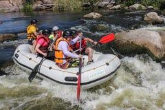 Grupp av lycksökaren som tycker om vatten som rafting aktivitet på den sydliga felfloden royaltyfri fotografi