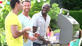 Grupp av män som hemma lagar mat på grillfest stock video