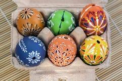 Grupp av målade påskägg i pappägg-ask, beröm för jakt för påskägg, färgrik stilleben i pappers- ask Royaltyfria Foton