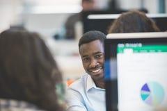 Grupp av mång- etniskt affärsfolk på arbete, små och medelstora företagen arkivbild