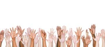Grupp av Mång--person som tillhör en etnisk minoritet folks armar som är utsträckta i en vit tillbaka Arkivfoton