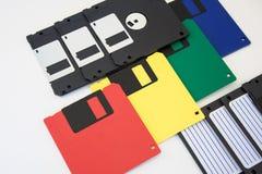 Grupp av mångfärgade disketter på en vit bakgrund Arkivfoton