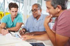 Grupp av manar som möter i idérikt kontor Arkivfoto