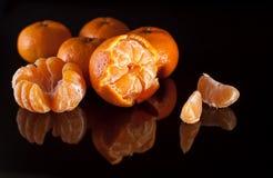 Grupp av mandariner med reflexion på svart bakgrund Royaltyfri Foto
