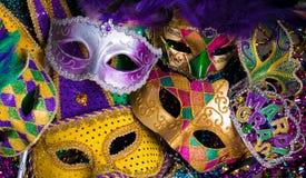 Grupp av Mardi Gras Mask på mörk bakgrund med pärlor arkivfoto
