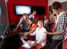 Grupp av massmediastudenter som arbetar i grupp för redigera för film Royaltyfria Foton