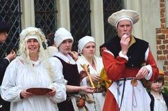 Grupp av medeltida damer i beträffande-lag för Maj dag Arkivfoton
