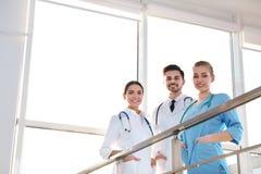 Grupp av medicinska doktorer inomhus arkivbilder