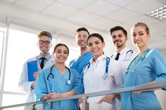 Grupp av medicinska doktorer silhouettes det bl?a begreppsfolket f?r bakgrund skyenhet royaltyfri fotografi