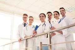Grupp av medicinska doktorer silhouettes det bl?a begreppsfolket f?r bakgrund skyenhet arkivfoton