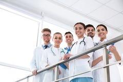 Grupp av medicinska doktorer silhouettes det bl?a begreppsfolket f?r bakgrund skyenhet arkivbild