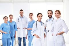Grupp av medicinska doktorer silhouettes det bl?a begreppsfolket f?r bakgrund skyenhet arkivfoto