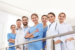 Grupp av medicinska doktorer silhouettes det bl?a begreppsfolket f?r bakgrund skyenhet royaltyfri foto
