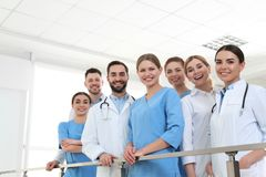 Grupp av medicinska doktorer silhouettes det bl?a begreppsfolket f?r bakgrund skyenhet royaltyfria bilder