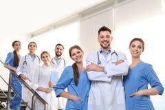 Grupp av medicinska doktorer silhouettes det bl?a begreppsfolket f?r bakgrund skyenhet fotografering för bildbyråer