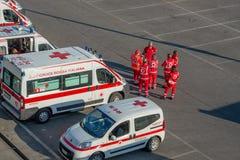 Grupp av medicinska första hjälpenvolontärer i position med ambulanser utanför stadion arkivfoton
