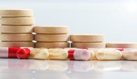 Grupp av minnestavlor och probiotics- och antibiotikumkapslar på whit royaltyfria bilder
