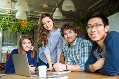 Grupp av moderna businesspeople som har ett möte i konferensrum Royaltyfri Bild