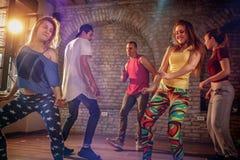 Grupp av moderna dansare som dansar i studion Sport dansa arkivfoto
