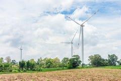 Grupp av moderna vindturbiner med molnig himmel Arkivbilder