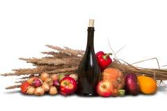 Grupp av mogna frukter och grönsaker med flaskor Fotografering för Bildbyråer
