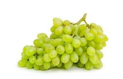 Grupp av mogna och saftiga gröna druvor på en vit bakgrund Arkivfoto
