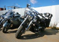 Grupp av motorcyklar på parkering Royaltyfria Bilder
