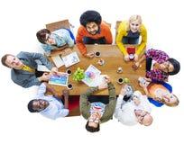 Grupp av multietniska formgivare som upp ser begrepp Royaltyfri Fotografi