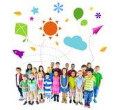 Grupp av multietniska gladlynta barnbarndomaktiviteter Arkivbilder