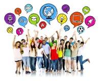 Grupp av multietniska högstadiumstudenter arkivbild