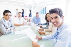 Grupp av multietniskt företags folk som har ett affärsmöte Arkivfoton