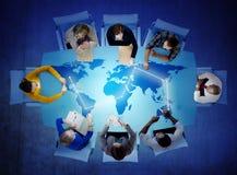 Grupp av multietniskt folk som diskuterar globala frågor arkivbild