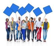 Grupp av multietniskt folk som rymmer det tomma tecknet för blått Fotografering för Bildbyråer