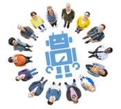 Grupp av multietniskt folk som ser upp med robotsymbol Arkivbilder