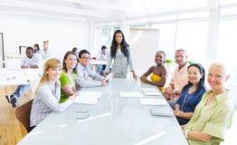 Grupp av multietniskt gladlynt företags folk som har ett möte arkivbilder