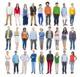 Grupp av multietniskt olikt färgrikt folk Arkivbild