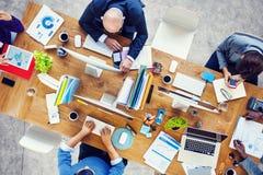 Grupp av multietniskt upptaget folk som arbetar i ett kontor arkivbild