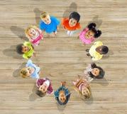 Grupp av Multietthnic barn som ser upp Arkivfoto