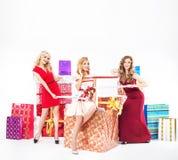 Grupp av nätta damer med julgåvor royaltyfri bild