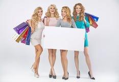 Grupp av nätta damer som annonserar försäljningen arkivbilder
