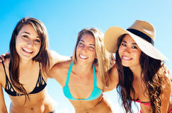 Grupp av nätta flickor i bikinier, bästa vän arkivbilder